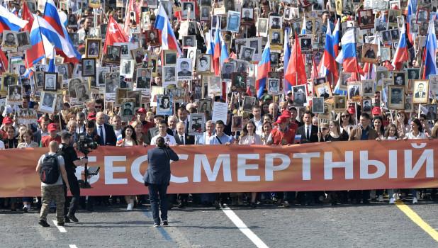 """Владимир Путин в рядах """"Бессмертного полка"""" в Москве."""