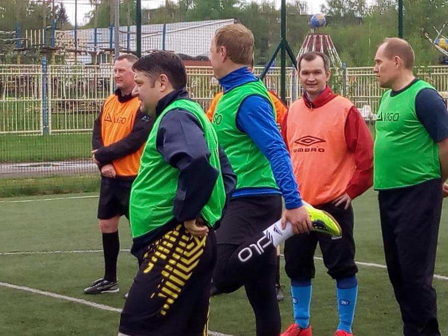 Алексей Каретников (на первом плане) играет в футбол с членами правительства.