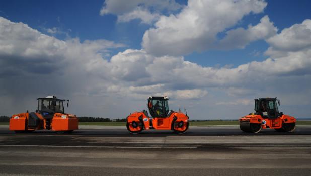 На взлетно-посадочной полосе в Барнауле меняют асфальт.