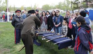 Выставка казачьего оружия в Центральном парке.