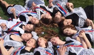 Российские выпускники празднуют Последний звонок и делятся фото в Instagram.