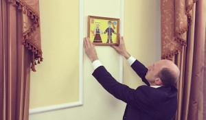 Олег Хорохордин повесил поделку в кабинете