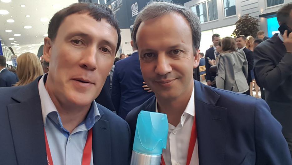 Алтайский предприниматель Сергей Кухтуеков (слева) представил на ПМЭФ горный воздух в баллонах.