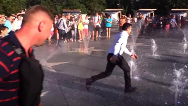 Владимир Зеленский мчится сквозь фонтан.
