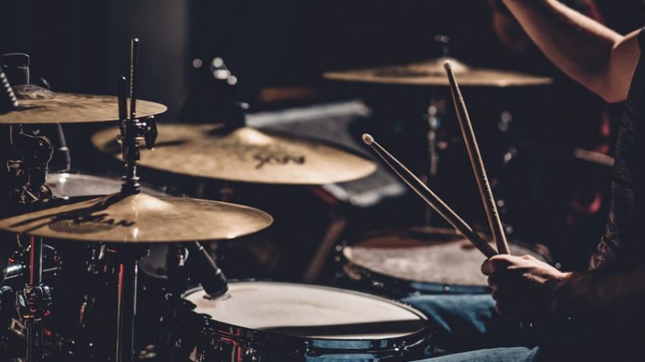 Барабаны, музыка.
