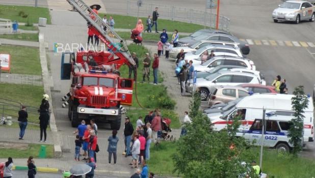 В Барнауле ликвидировали пожар в многоэтажке.