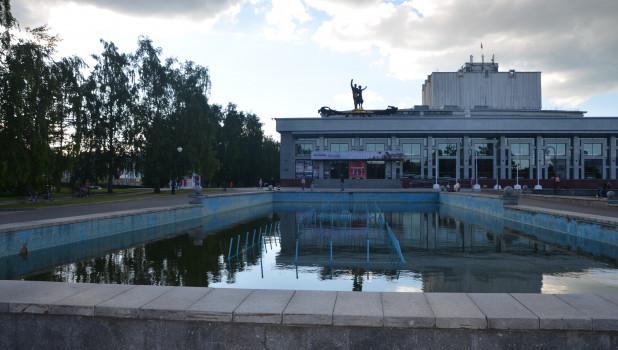 Фонтан у краевого Драмтеатра.