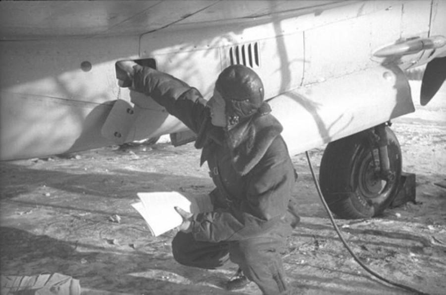 Солдат загружает листовки для сброса над Германией