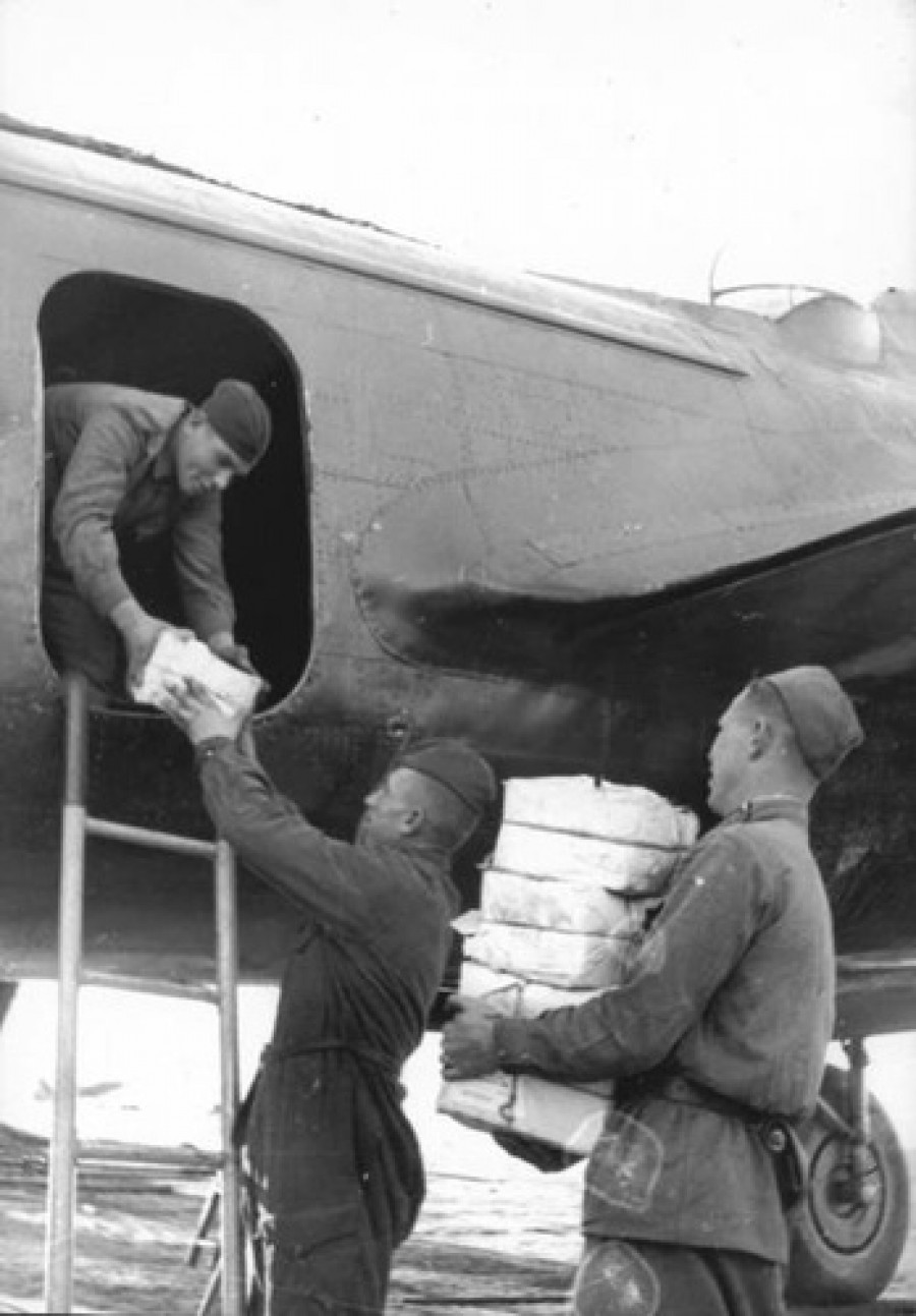 Солдаты загружают листовки для сброса над Германией