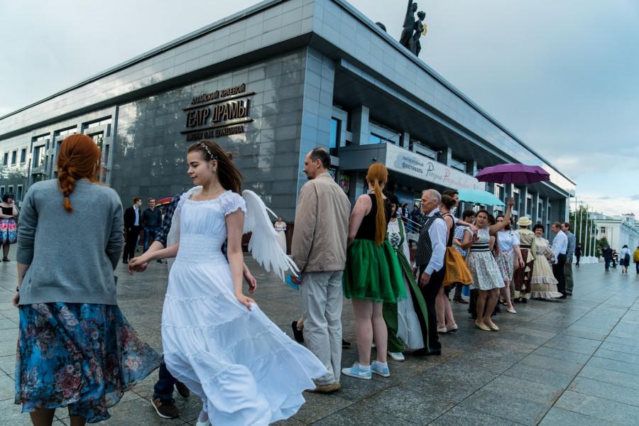 Танцы у Театра Драмы в Барнауле
