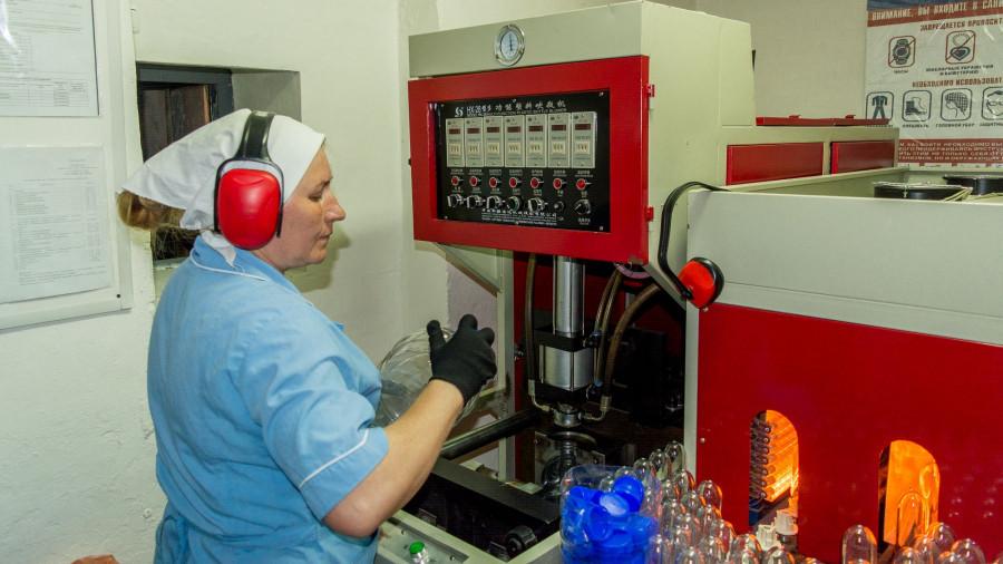 Цех по производству ПЭТ-бутылок в шипуновской колонии-поселении.