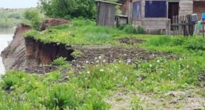 Дом в селе Шульгин Лог скоро рухнет с обрыва.