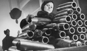 В цехе завода. Девочка укладывает болванки снарядов (1942 год)
