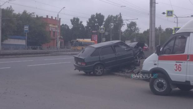 Водитель врезался в клумбу.