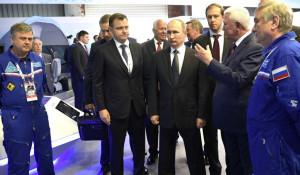 Владимир Путин с летчиками-испытателями МС-21.