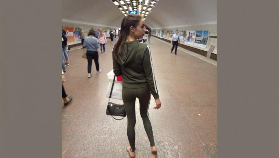 В новосибирском метро пассажиры начали ходить босиком