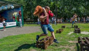Чемпионат по переносу жен в Барнауле.