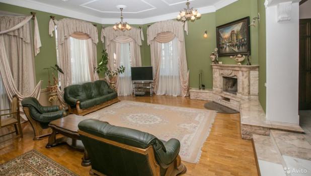 В Барнауле  продают коттедж в дворянском стиле.
