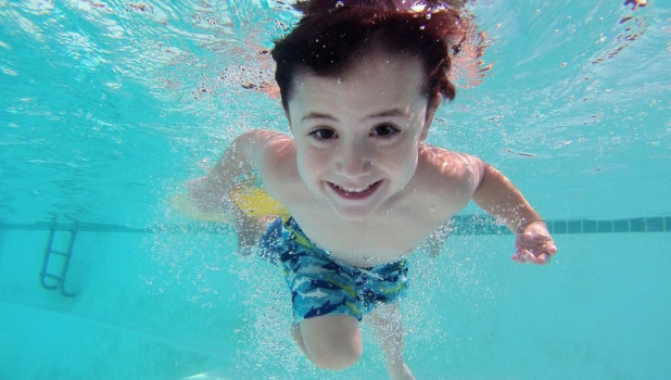 Ребенок плавает.