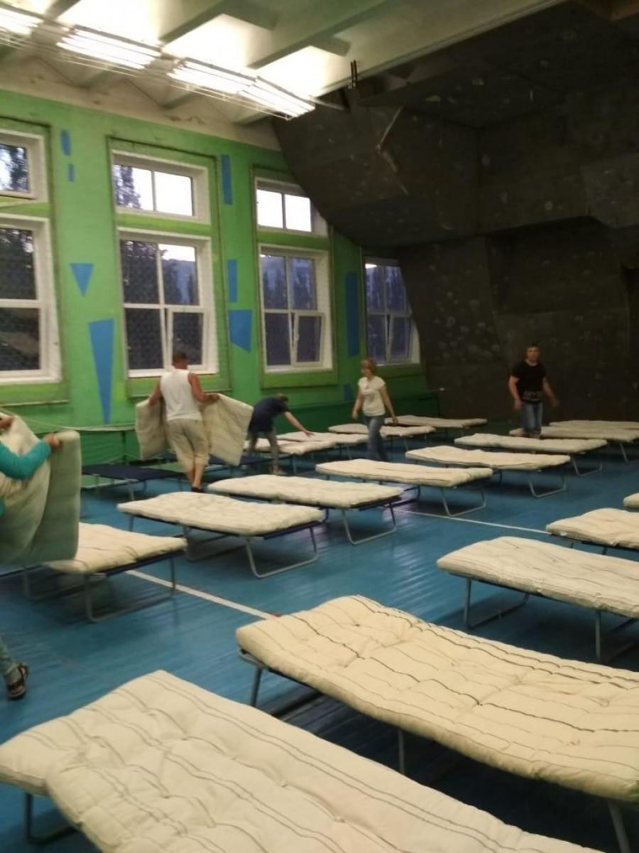 В школе №127 организовали пункт временного размещения для погорельцев