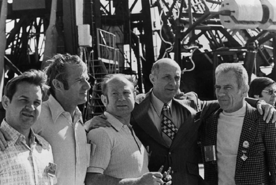 Члены экипажей космических кораблей «Союз» и «Аполлон»
