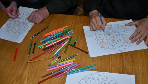 С заключенными проводят занятия по арт-терапии.
