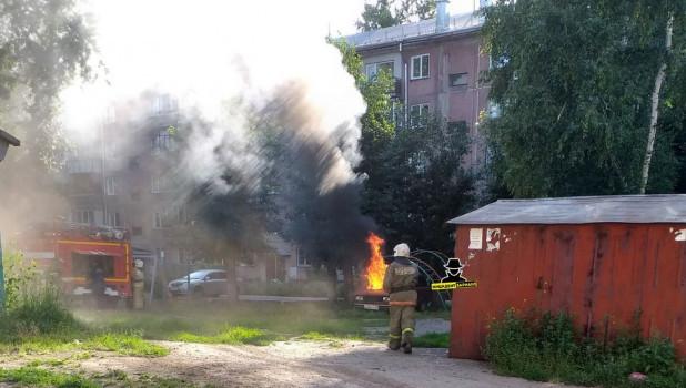 На детской площадке в Барнауле сгорел автомобиль.