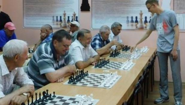 Алексей Сорокин играет с пенсионерами.