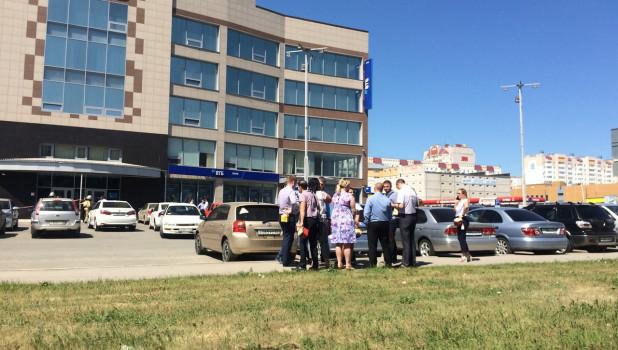 В Барнауле оцепили здание банка ВТБ.