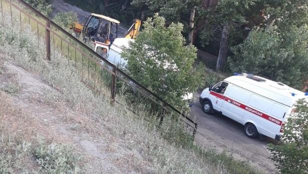 Трактор упал с моста в Барнауле.