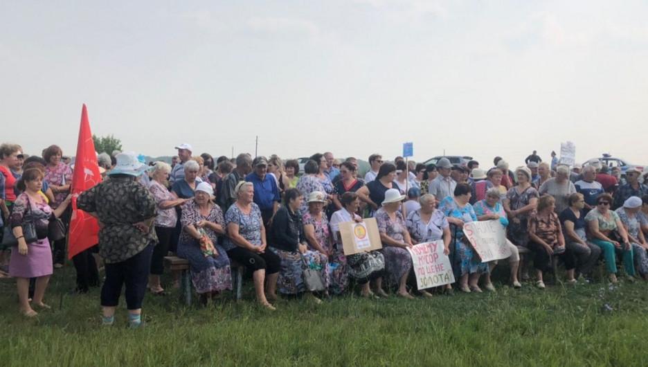 "Митинг против ""мусора по цене золота"" в Топчихе."