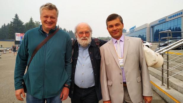 Сергей Мансков, Валерий Фомин и Алексей Бочаров в аэропорту Барнаула 23 июля.