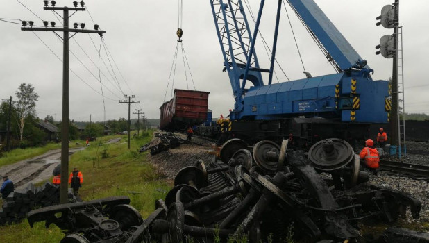 Сход с рельсов вагонов с углем в Коми.