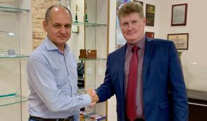 Директор ООО «Фирсова Слобода» М. И. Кочетов (слева) и генеральный директор ОАО «СЗ «БКС» А. С. Канаков (справа).