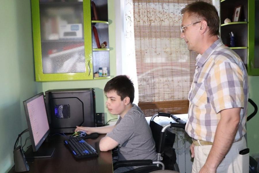 «Ростелеком» подарил компьютер подопечному детского фонда.