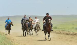 Жители Тывы скачут по дороге на празднике животноводов.