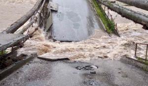 В Иркутской области рухнул мост через реку Солзан.