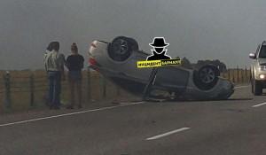 На трассе автомобиль перевернулся на крышу.
