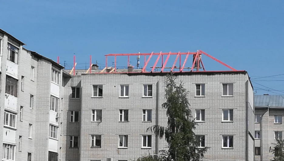 На пострадавшей пятиэтажке в Барнауле восстанавливают крышу.