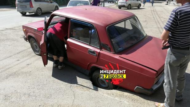 В Рубцовске на дороге образовалась глубокая яма