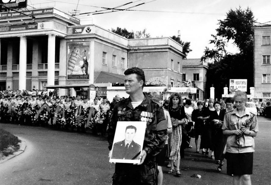В 1990-х годах в Барнауле. Память об участии в спецоперации в Чечне.