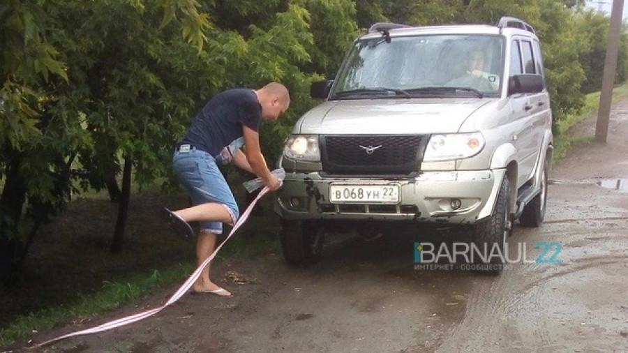 После града в районе Барнаула, машину снесло вниз.