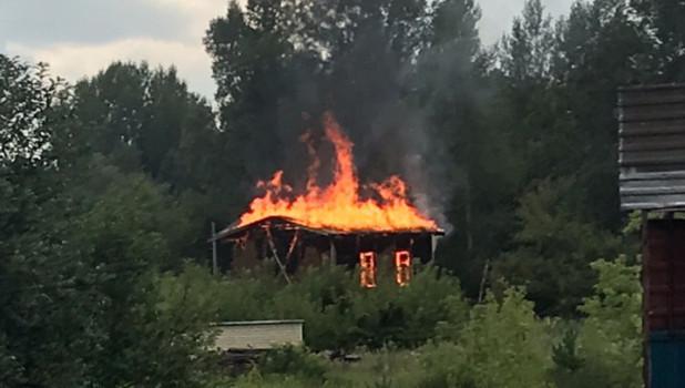 В Бийске сгорел домик.