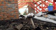 Крыша пострадавшего в пожаре дома на Северном Власихинском проезде, 60.
