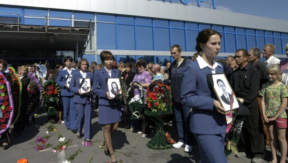 Церемония прощания с бортпроводниками в барнаульском аэропорту, 2004 год.