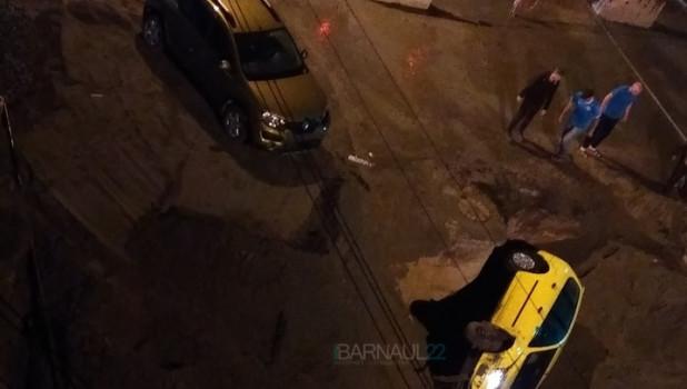 Ford Focus упал в яму в Барнауле