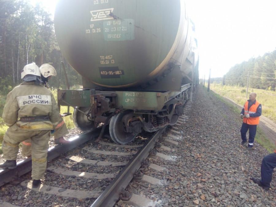 На железной дороге цистерна чуть не сошла с рельс