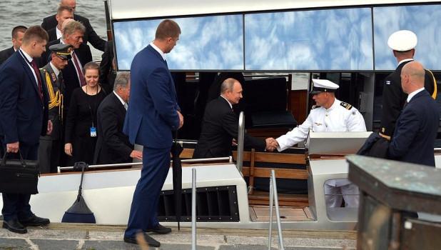 Владимир Путин на катере в Финляндии.
