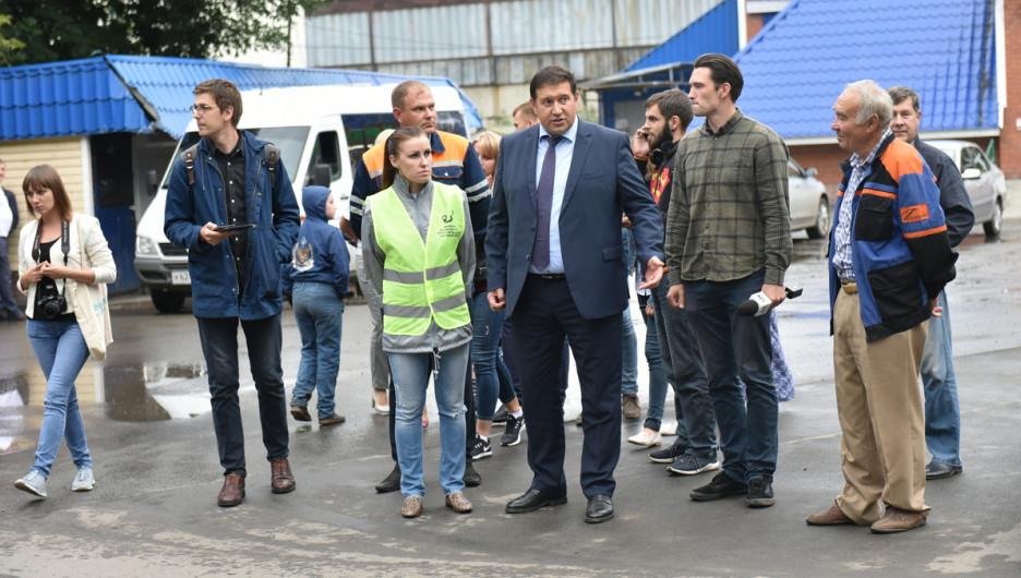 Барнаульцы вместе с министром транспорта Александром Дементьевым посмотрели, как дорожники ремонтируют улицу Заринскую.