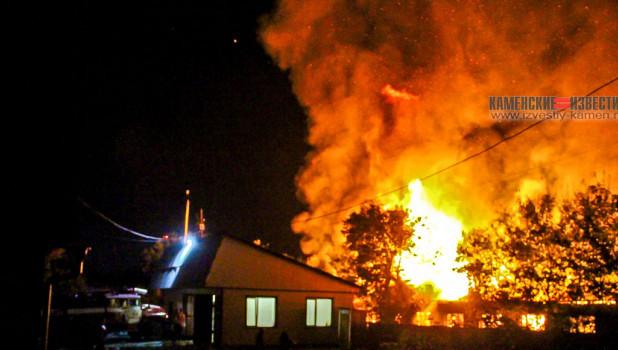 25 августа в Камне-на-Оби сгорело здание бывшей автошколы.